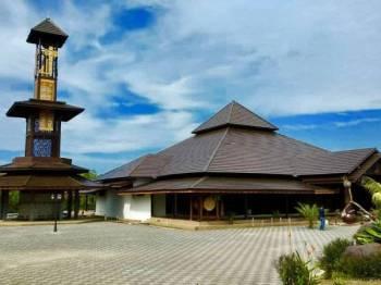 Masjid Ar-Rahman Pulau Gajah antara masjid yang menjadi tumpuan pengunjung kerana seni bina yang sangat mengagumkan.
