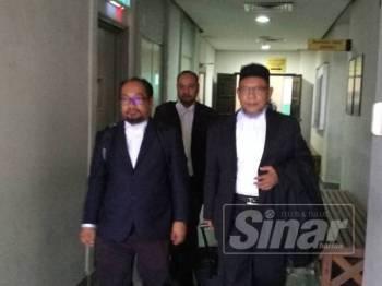 Kamaruzaman (kiri) bersama barisan peguam keluarga Muhammad Adib hadir pada prosiding di Mahkamah Tinggi Shah Alam hari ini.