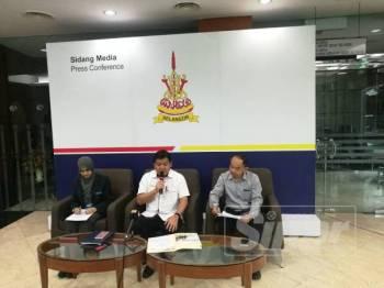 Exco Alam Sekitar, Teknologi Hijau, Sains, Teknologi dan Inovasi dan Hal Ehwal Pengguna, Hee Loy Sian (tengah) pada sidang media di Bangunan Annex Dewan Undangan Negeri Selangor di sini tadi.