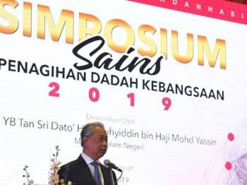 Menteri Dalam Negeri Tan Sri Muhyiddin Yassin menyampaikan ucapan semasa merasmikan Simposium Sains Penagihan Dadah Kebangsaan 2019 hari ini. - Foto Bernama