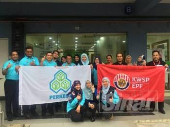 Mohd Shaperi (tiga dari kiri) bersama kakitangan Perkeso dan KWSP Seri Manjung pada hari terakhir Op Kesan, hari ini.