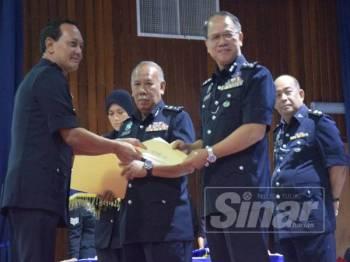 Raja Shahrom menyampaikan sijil kecemerlangan kepada Ketua Polis Daerah Jasin, Deputi Superintendan Arshad Abu pada perhimpunan bulanan Polis Kontinjen Melaka di Dewan Ibu Pejabat Polis Kontinjen (IPK) negeri di Bukit Beruang, hari ini.