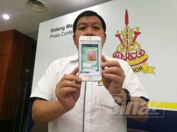 Loy Sian menunjukkan rakaman disebarkan melalui WhatsApp yang mendakwa dirinya menyokong produk plastik mudah urai.