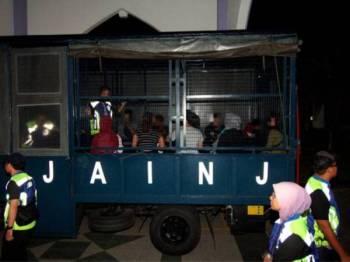Lima pasangan kekasih warga tempatan berusia antara 18 hingga 43 tahun ditahan oleh pihak berkuasa Jabatan Agama Islam Negeri Johor (JAINJ) dalam Ops Banteras JAINJ sempena Hari Pekerja, malam tadi. - Foto Bernama