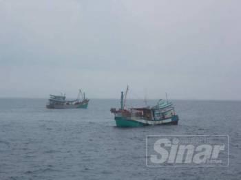 Dua buah bot yang ditahan APMM kerana mencuri sumber perikanan negara dengan melakukan aktiviti tangkapan ikan secara haram.