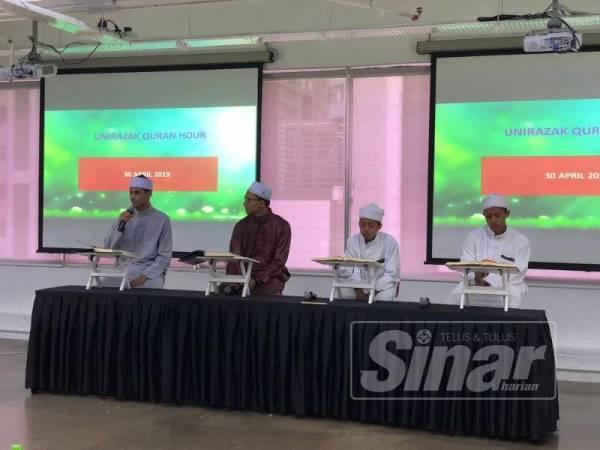 Antara penuntut UniRazak yang memperdengarkan bacaan ayat al-Quran pada Majlis UniRazak #QuranHour di Kuala Lumpur, kelmarin.