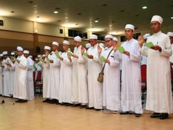 Bacaan ikrar pelajar baharu bagi program Diploma Tahfiz Al-Quran dan Al-Qiraat Darul Quran JAKIM sesi 2019/2022.