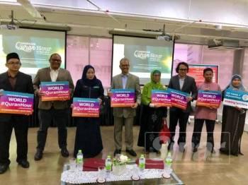 Dr Shahruddin (empat dari kiri) memegang plakad World #QuranHour pada program UniRazak #QuranHour di UniRazak Kuala Lumpur kelmarin.
