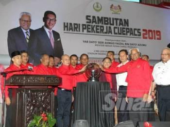 Kula Segaran (tengah) merasmikan sambutan Hari Pekerja Cuepacs 2019 di Stadium Indera Mulia, hari ini.