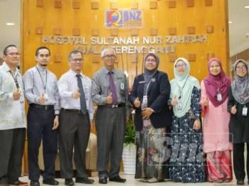 Dr Nor Azimi (empat, kanan) bersama pakar-pakar yang terlibat dalam pembedahan EXIT pertama di Terengganu membabitkan janin berusia 37 minggu mempunyai ketumbuhan pada leher.