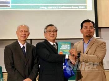 Mohamad Ariff (tengah) menerima buku daripada Zulkifli (kanan) sambil diiringi Syed Arabi pada Majlis Perasmian Seminar Pilihan Raya Umum ke-14 (PRU14) sempena setahun pentadbiran kerajaan Pakatan Harapan (PH) di Universiti Islam Antarabangsa Malaysia (UIAM) di sini hari ini.