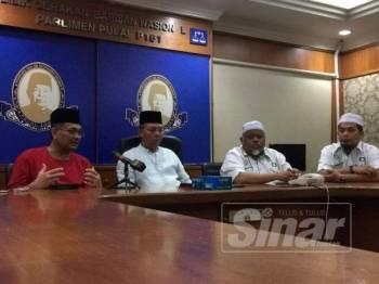 Ketua Penerangan UMNO, Datuk Dr Shamsul Anuar Nasarah bersama Hasni dan Abdullah ketika bercakap kepada media di Kompleks Tan Sri Mohamed Rahmat.