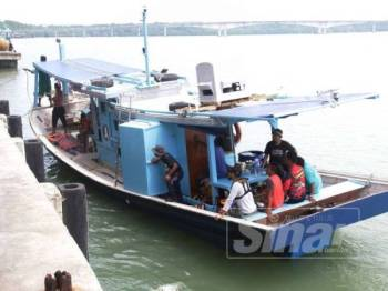 Bot nelayan tempatan yang membantu membawa mangsa ke jeti berhampiran.