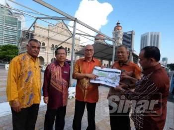 Nor Hisyam (tengah) bersama pengurusan tertinggi dan pegawai DBKL ketika meninjau persiapan perlaksanaan Bazar Ramadan Jalan Raja.