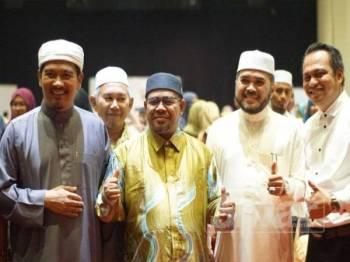 Dr Khairuddin (tengah) bersama Dr Nik Zawawi Saleh dan Ahmad Dasuki (kiri).