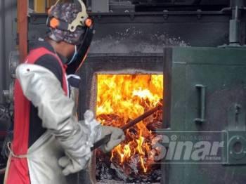 Kakitangan Karangkraf melakukan proses melupuskan al-Quran yang rosak menggunakan kaedah pembakaran.