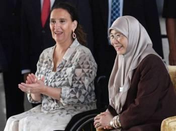 Timbalan Perdana Menteri Datuk Seri Dr Wan Azizah Wan Ismail (kanan) dan Naib Presiden Argentina Marta Gabriela Michetti (kiri) terhibur dengan persembahan di Kementerian Pembangunan Wanita, Keluarga dan Masyarakat hari ini. - Foto Bernama