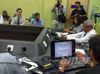 Sivanesan (duduk dari kanan) ketika membuat lawatan ke Klinik Kesihatan Buntong hari ini.