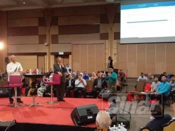 Mustapa menjawab soalan salah seorang peserta Dialog@Shah Alam di SACC hari ini.