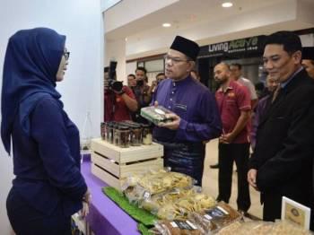 Saifuddin Nasution  (dua, kiri) beramah mesra bersama peniaga ketika melawat tapak bazar ketika Majlis Perasmian Bazar Aidilfitri dan Bank Makanan Siswa di Universiti Teknologi Malaysia (UTM) hari ini. - Foto Bernama