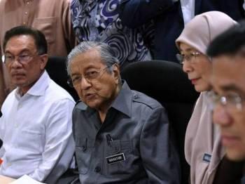 Perdana Menteri Tun Dr Mahathir Mohamad (dua, kiri) yang juga Pengerusi Pakatan Harapan (PH) semasa sidang media selepas mempengerusikan Mesyuarat Majlis Presiden PH di Yayasan Al-Bukhary hari ini. - Foto Bernama