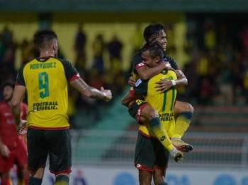 Shakir dipeluk Farhan selepas menjaringkan gol kedua tuan rumah.- Foto: Ahmad Zaki Osman