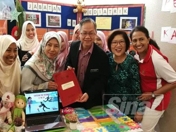 Dr Lee Boon Chye (tengah) ketika melawat tapak pameran Jabatan Pediatrik sempena seminar, hari ini.