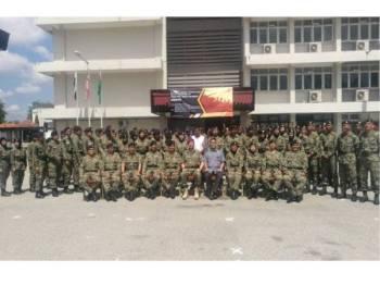 Peserta Kursus Asas Perajurit Muda Sukarela bergambar pada perasmian pembukaan kursus di Polisas di Kuantan semalam.