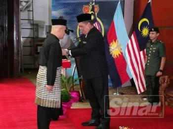 Mohamad menyampaikan pingat PJM kepada salah seorang penerima pada Majlis Penganugerahan PJM kepada Veteran ATM Peringkat Negeri Pahang di Pangkalan TLDM Tanjung gelang di sini hari ini.