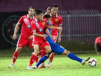 Pemain Kelantan, Mohamad Hakimi (depan) menghalang pemain Sarawak pada pertemuan Liga Premier di Kota Bharu, sebentar tadi.