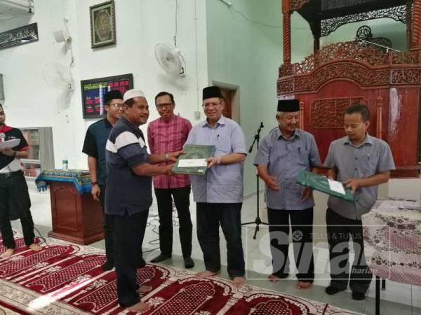 Saifuddin menyampaikan sumbangan kepada masjid dan surau Parlimen Indera Mahkota di Masjid Semambu, di sini hari ini.