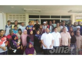 Azmin dan tetamu bergambar bersama penerima bantuan selepas    Majlis Penyerahan Bantuan Ihsan dan Penutupan Pusat Pemindahan di Dewan Serbaguna AU2 Taman Keramat, semalam.