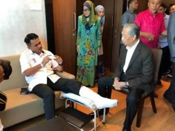 Muhyiddin (kanan) meluangkan masa melawat Mohd Azis hari ini yang masih dirawat di hospital selepas terlibat dalam kemalangan jalan raya 24 April lalu. - Foto Facebook Muhyiddin Yassin