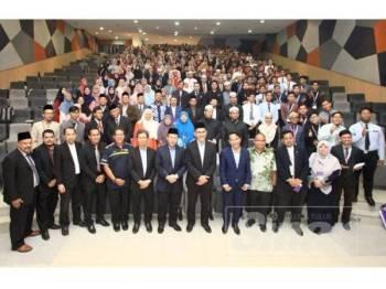 Pengerusi Lembaga Pengarah Universiti (LPU) Universiti Teknologi Mara (UiTM), Datuk Seri Syed Zainal Abidin Syed Mohamed Tahir (enam dari kanan), turut hadir, Naib Canselor UiTM, Prof. Ir. Dr. Mohd Azraai Kassim (lima dari kanan) bergambar bersama peserta pada Majlis Perasmian Himpunan Huffaz di UiTM Cawangan Selangor, Kampus Dengkil di Dengkil, hari ini. - FOTO ZAHID IZZANI