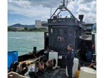 Lapan orang kru termasuk juragan warga Myanmar ditahan di perairan Pulau Pinang pada kedudukan 0.3 batu nautika Barat Pangkalan Weld Quay kelmarin.