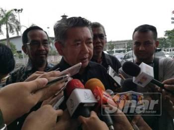 Salahuddin bercakap kepada pemberita selepas program bersama AJK Persatuan Pemborong Ikan Johor Bahru di Johor hari ini.