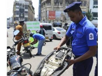Pihak berkuasa di Sri Lanka memperketat kawalan keselamatan ekoran serangan bom yang mengorbankan lebih 250 nyawa pada 21 April lalu. -Foto AFP
