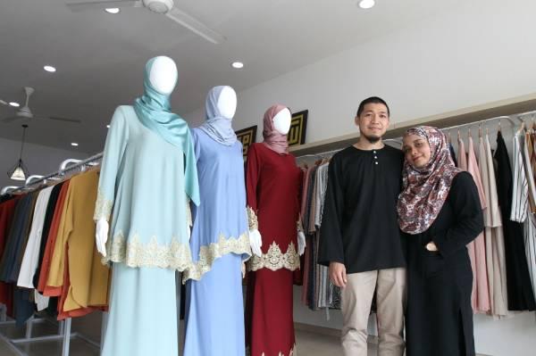 Saadiah bersama suaminya, Saiful di butik mereka Butik Qaysaa Hijabs yang terletak di Shah Alam, Selangor.