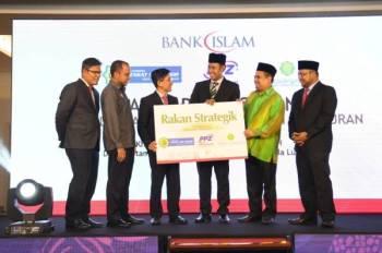 Mohd Muazzam (tiga dari kiri) bersama Mohd Sabirin (tiga dari kanan) dan Ahmad Shukri (dua dari kanan) pada majlis Pelancaran Kemudahan Pembayaran Zakat Akaun Simpanan dan Pelaburan di Kuala Lumpur baru-baru ini.