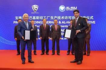 Pertukaran dokumen antara Proton dan Al-Haj Automotive adalah bagi perjanjian pelesenan dan teknikal berkaitan dengan kilang pemasangan pengeluar kereta nasional itu di Pakistan     Dr Mahathir (dua, kanan) menyaksikan pertukaran dokumen antara Proton Holdings Berhad dan rakan kongsi dari Pakistan dan China.