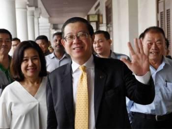 Bekas Ketua Menteri Pulau Pinang yang juga Menteri Kewangan, Lim Guan Eng melambai tangan semasa hadir di Mahkamah Tinggi Pulau Pinang di sini hari ini. - FOTO BERNAMA