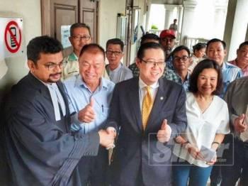 Guan Eng (tengah) hadir ke mahkamah bagi urusan kes fitnahnya oleh bekas Pengerusi BN, Teng Chang Yeow pagi tadi.