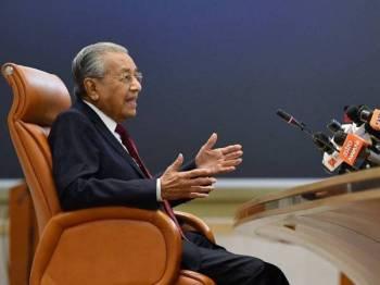 Dr Mahathir semasa sidang media di Bangunan Perdana Putrajaya hari ini. - Foto Bernama