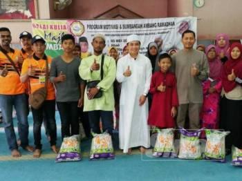 Adam (tengah) bersama sebahagian besar penerima sumbangan program Ihya Ramadan yang terdiri 50 golongan asnaf sekitar Parlimen Bagan Serai.
