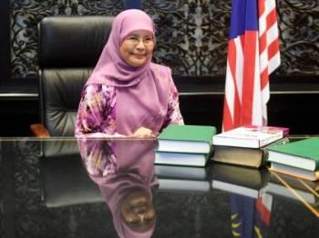 Tengku Maimun pada sidang media di pejabatnya di Istana Kehakiman hari ini.Pelantikan Tengku Maimun itu sekali gus mencipta sejarah apabila menjadi wanita pertama memegang jawatan tertinggi badan kehakiman negara. -Foto Bernama