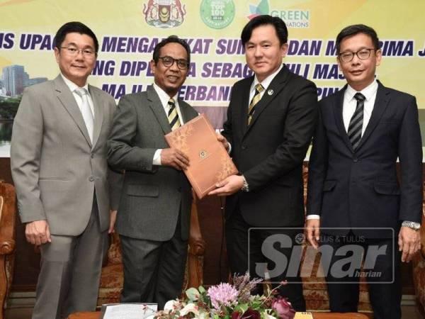 Borhan (dua, kiri) menerima surat tawaran perlantikan YDP MPT daripada Choo Kiong(dua kanan) yang mewakili kerajaan negeri Perak hari ini.