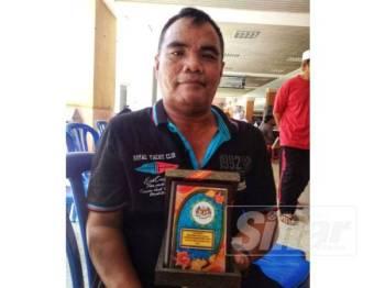 Amran menerima Anugerah Penderma Bakti Setia daripada Ahli Lembaga Pelawat Hoshas kelmarin.