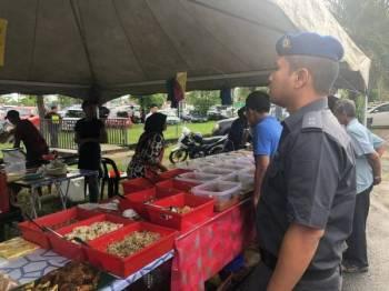 Pegawai penguat kuasa menjalankan pemeriksaan gerai di Bazar Ramadan Persiaran Wawasan Kangar Perlis, semalam.