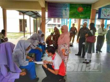 Seramai 13 pelajar SMK Bayan Lepas mengalami sesak nafas ketika menjalani ujikaji makmal semalam.