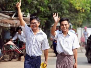 Lone (kiri) dan Soe Oo tersenyum gembira ketika melangkah keluar dari Penjara Insein di Yangon hari ini.